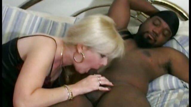 Mujer rubia capturada por dos pono la tino hombres