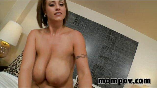 Chica tetona follada y puño porno latino en casa