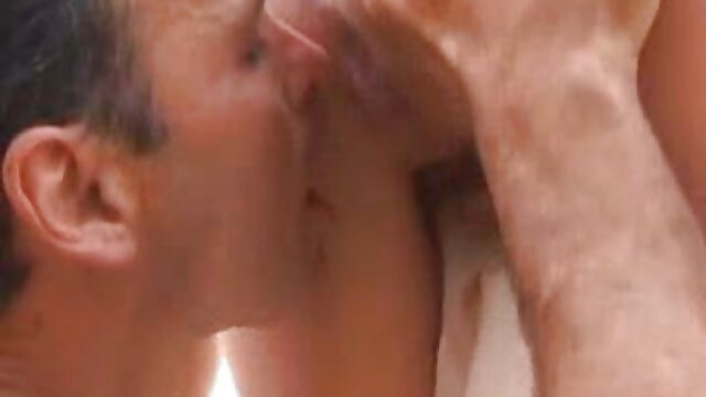 GF porno mateur latino consigue su coño lamido por su madre