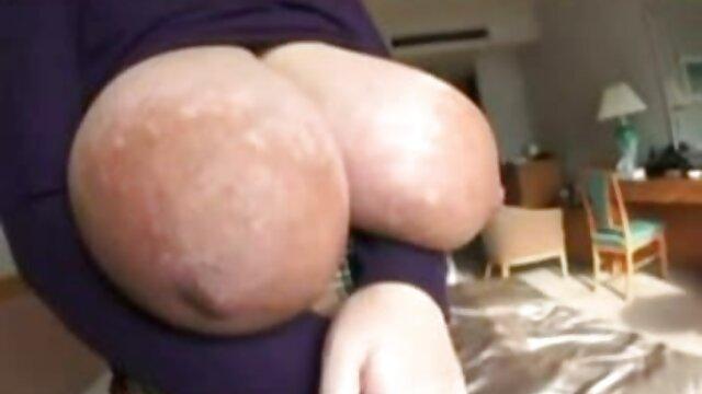 Morena videos de porno español latino adolescente delgada recibe una penetración anal profunda.