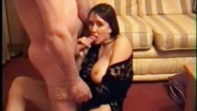 ¡La porno sudamericano gratis tetona Monica se frota uno!